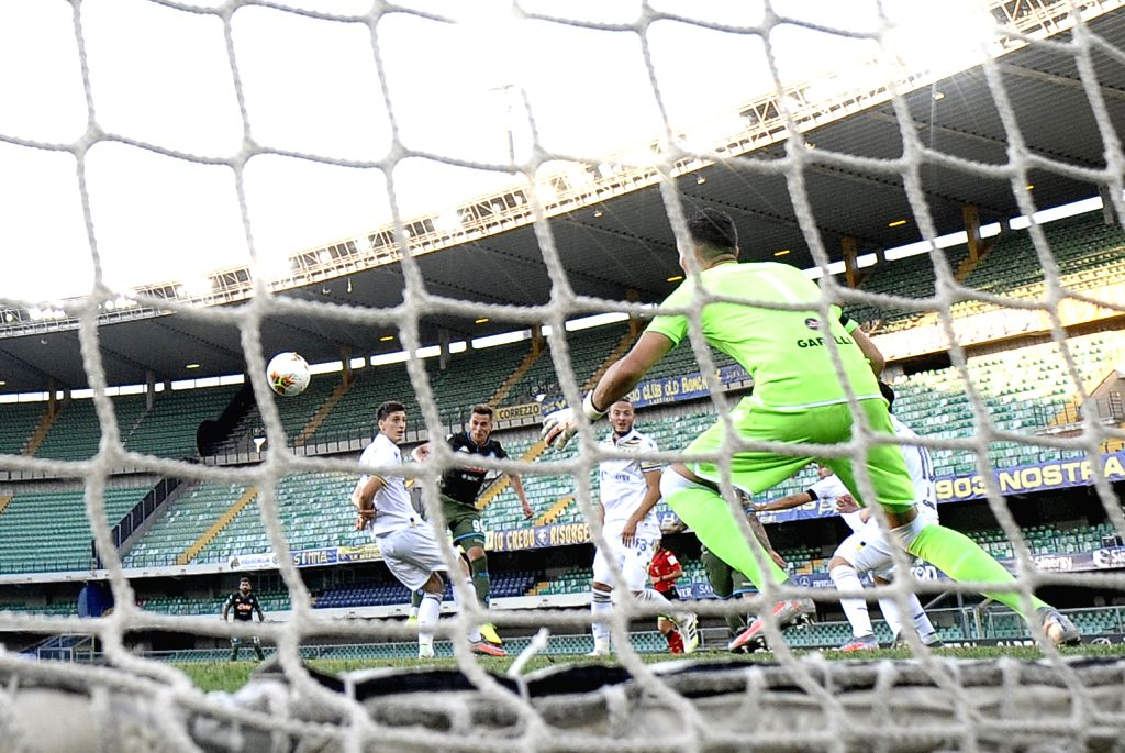 Napoli's Arkadiusz Milik (2nd L, front) scores his goal during a Serie A football match between Verona and Napoli in Verona, Italy, June 23, 2020.