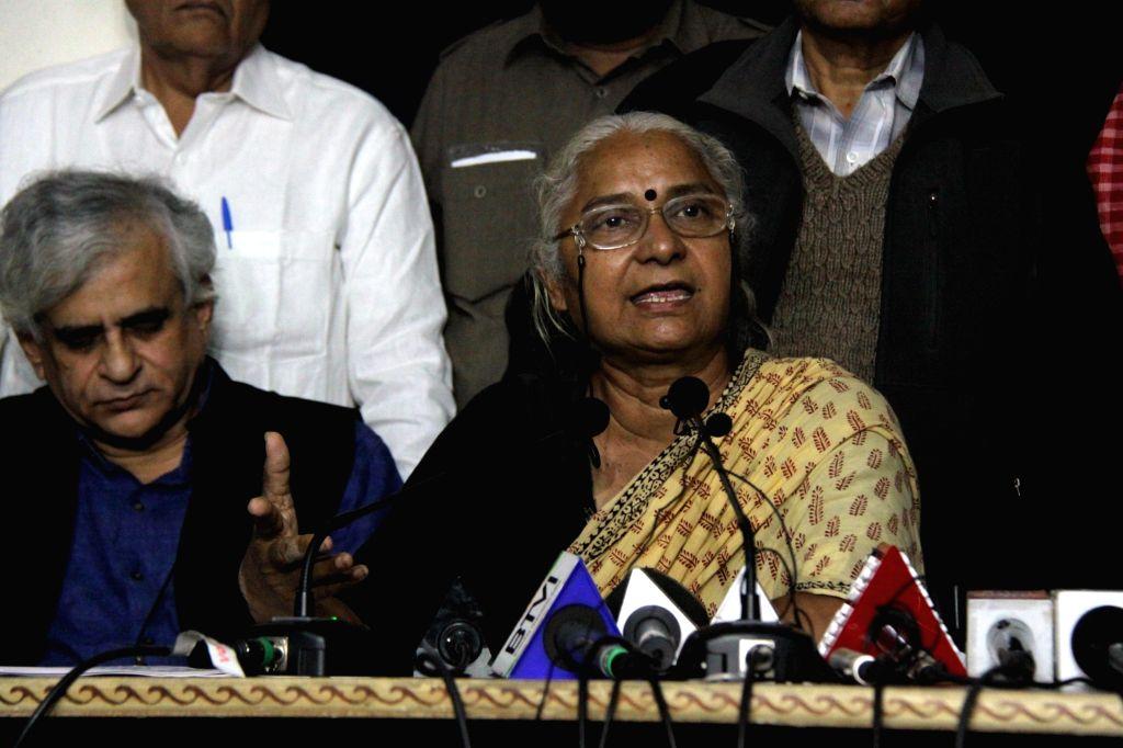 Narmada Bachao Andolan and National Alliance of People's Movements (NAPM) leader Medha Patkar accompanied by All India Kisan Sangharsh Committee (AIKSCC) convener VM Singh, AIKSCC leader ... - Yogendra Yadav