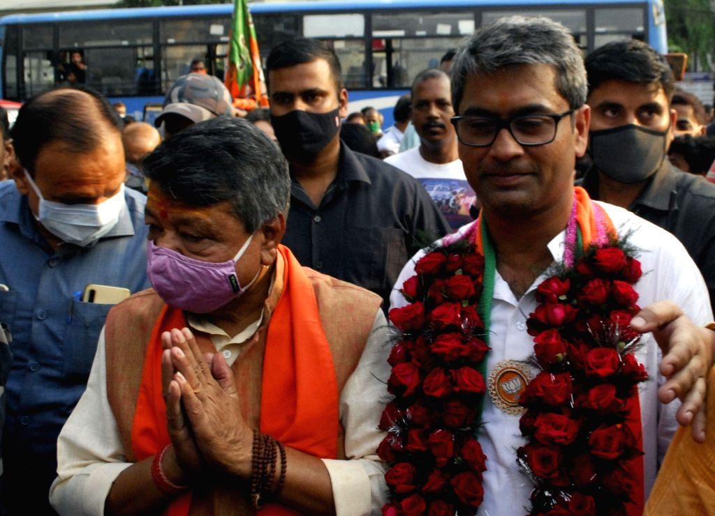 National General Secretary, Kailash Vijayvargiya along with BJP candidate of Maniktala constituency Kalyan Chawby at a election campaign for the State Assembly election in Kolkata on 13 April,2021.