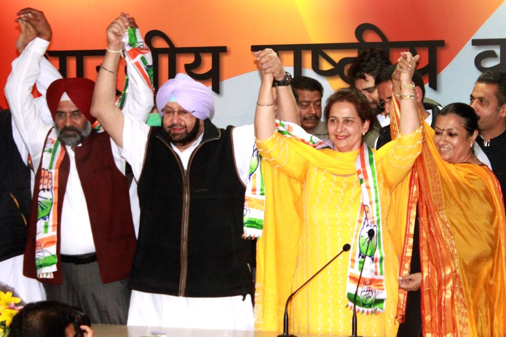 Navjot Kaur Sidhu and hockey player-turned-politician Pargat Singh join Congress in the presence of Punjab Congress chief Captain Amarinder Singh in New Delhi on Nov 28, 2016. - Amarinder Singh, Navjot Kaur Sidhu and Pargat Singh