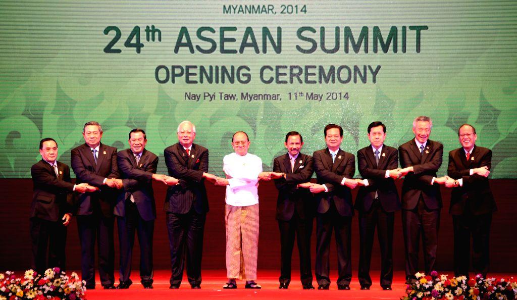 (L to R) Laos Prime Minister Thongsing Thammavong, Indonesia President Susilo Bambang Yudhoyono, Cambodia Prime Minister Hun Sen, Malaysia Prime Minister Najib .. - Thongsing Thammavong