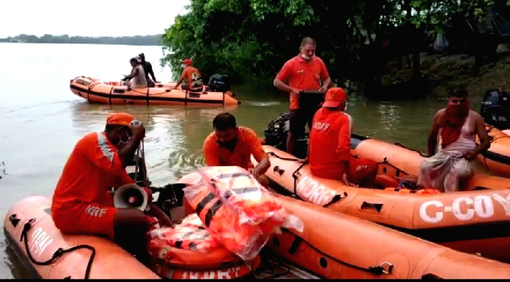 NDRF personnel evacuate people in the flood (Photo for representation)