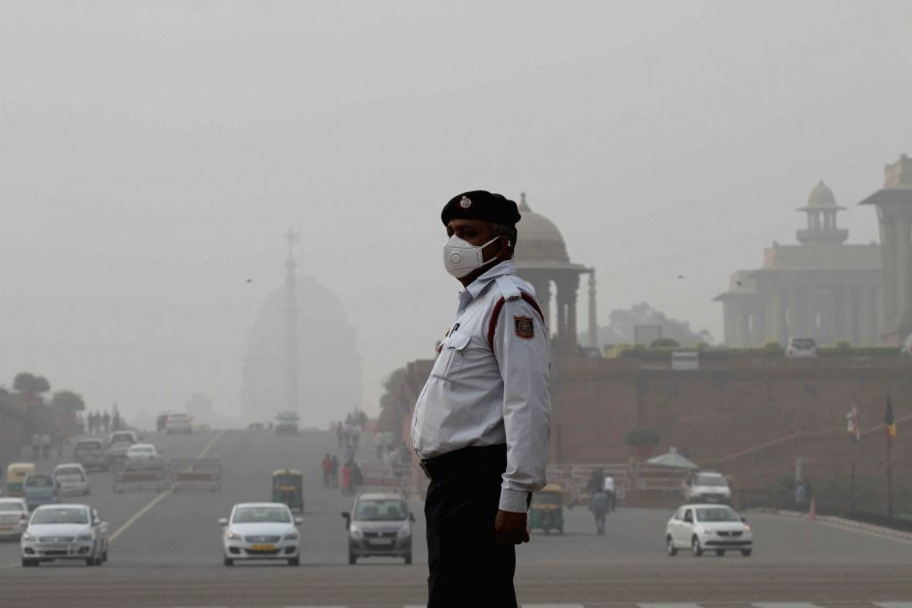 New Delhi: A traffic police personnel wears a mask to protect himself from pollution in New Delhi on Nov 8, 2017. (Photo: IANS)