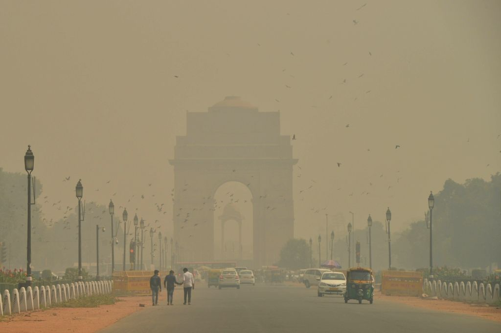 : New Delhi: A view of Rajpath engulfed in smog, on Oct 24, 2018. (Photo: IANS).