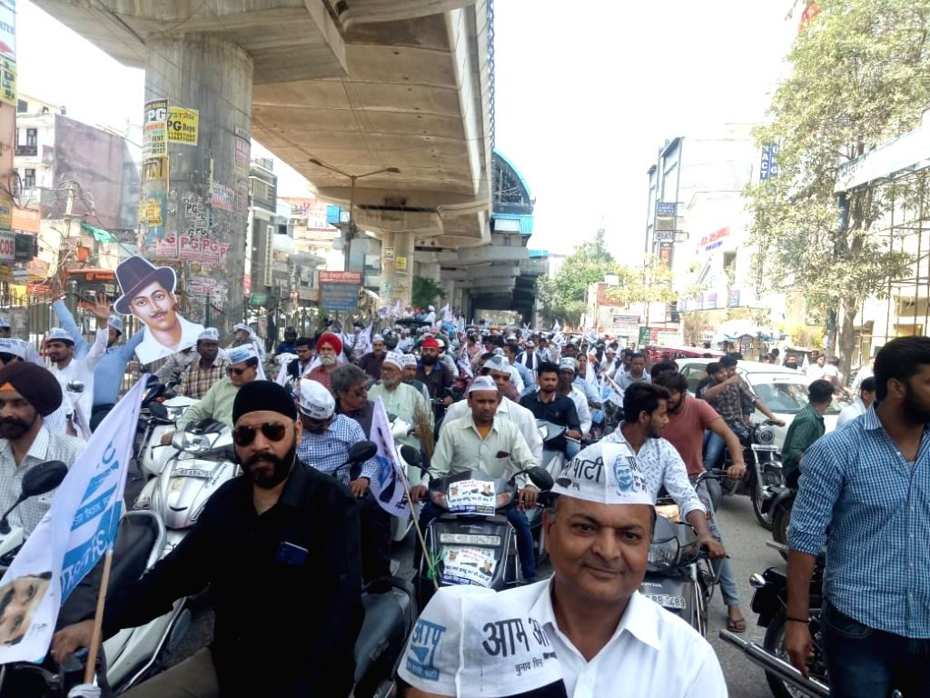 New Delhi: AAP workers during Delhi Cabinet Minister and party leader Gopal Rai's roadshow ahead of 2019 Lok Sabha elections, in New Delhi on March 23, 2019. (Photo: IANS) - Gopal Rai