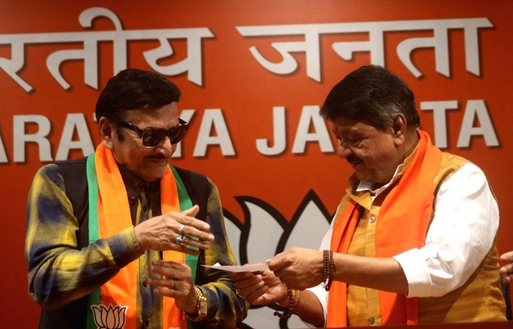 New Delhi: Actor Biswajit Chatterjee with BJP leader Kailash Vijayvargiya after joining the party in New Delhi on Feb 18, 2019. (Photo: IANS) - Biswajit Chatterjee