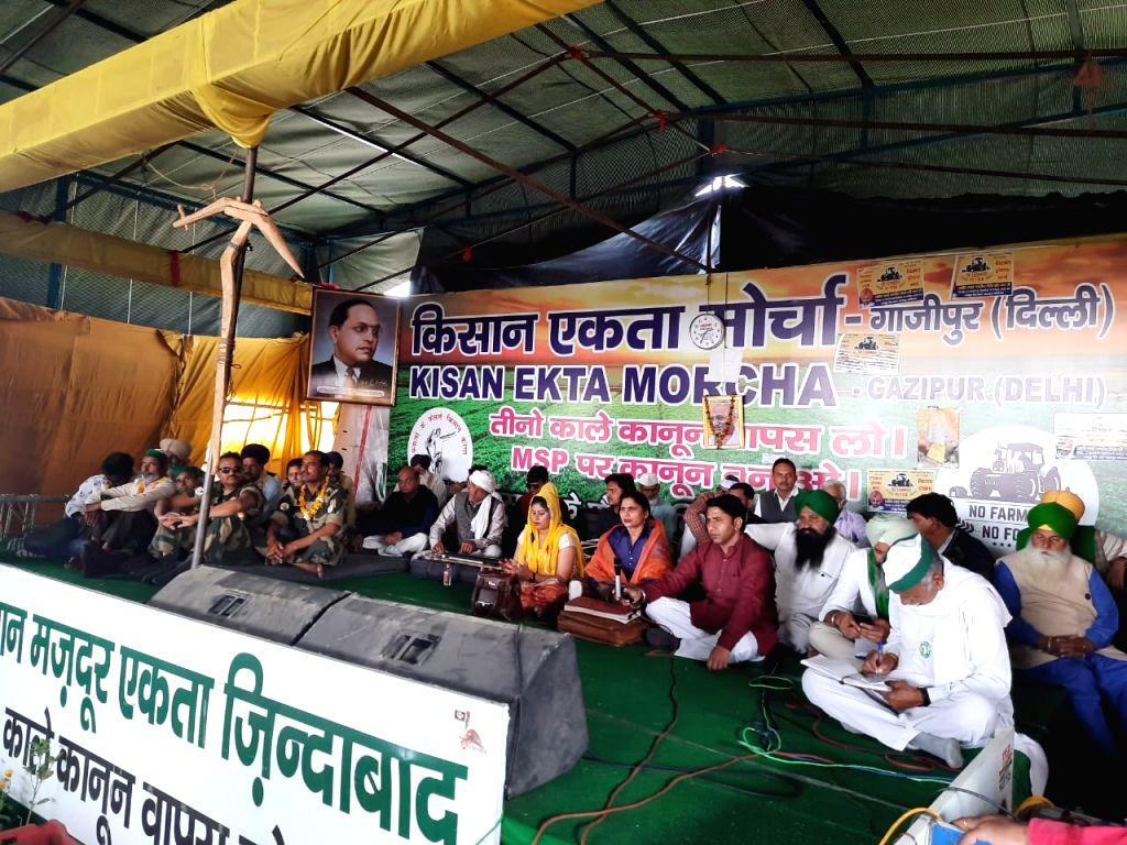 New Delhi:  Artist from Noida arrives at Ghazipur border to sing Ragini.