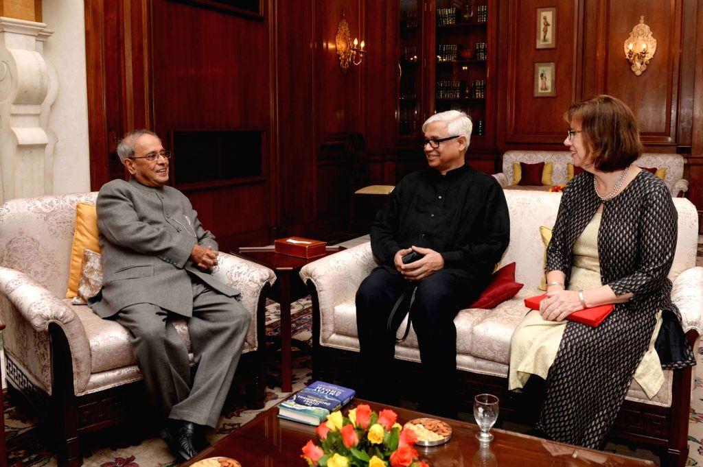 New Delhi. Author Amitav Ghosh and his wife meet President Pranab Mukherjee during Writer In Residence Programme at Rashtrapati Bhavan in New Delhi on July 11, 2016. - Amitav Ghosh and Pranab Mukherjee