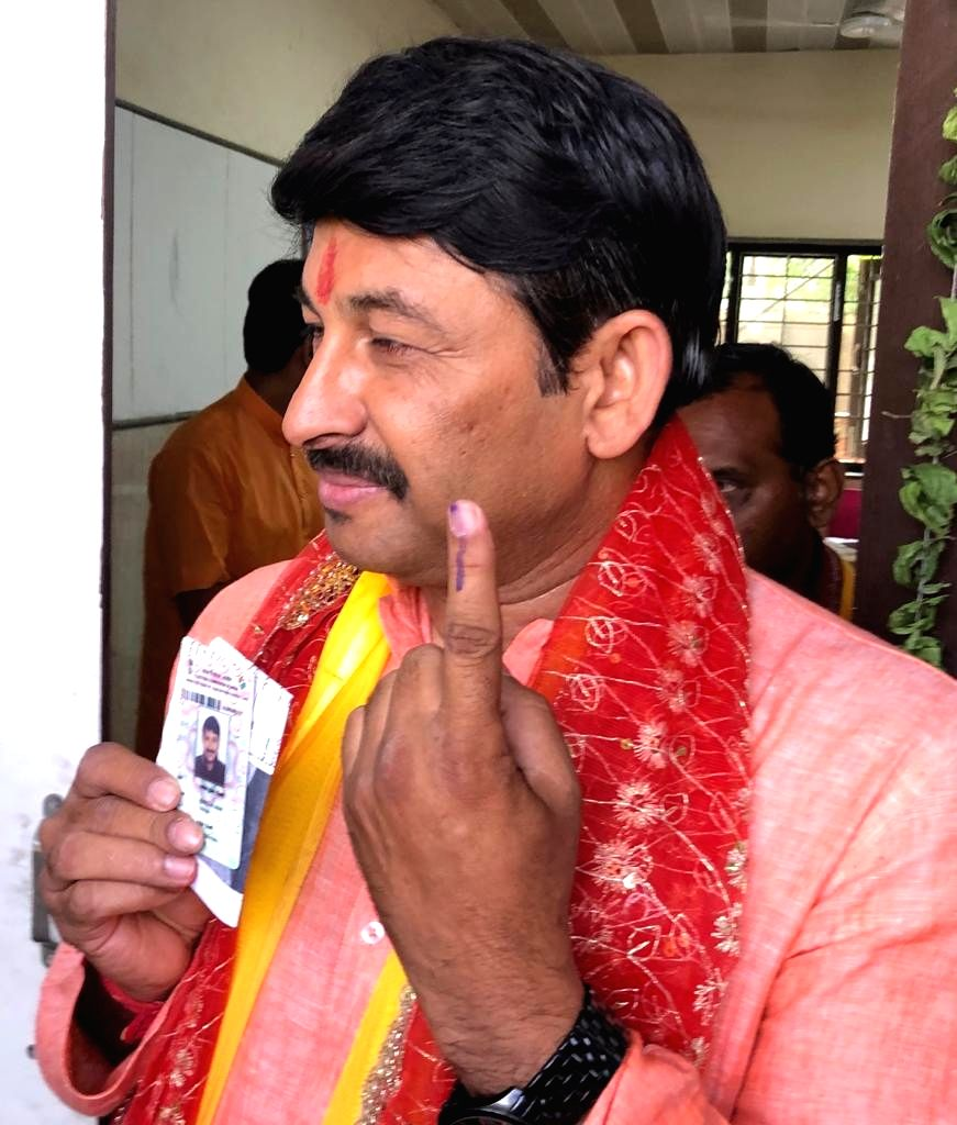 New Delhi: BJP's candidate for Northeast Delhi, Manoj Tiwari shows his forefinger marked with indelible ink after casting vote during the sixth phase of 2019 Lok Sabha elections, in New Delhi on May 12, 2019. (Photo: IANS)