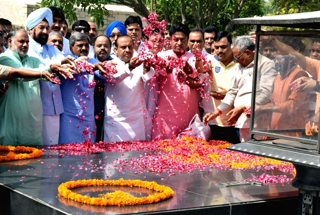 New Delhi: BJP workers led by Delhi BJP chief Satish Upadhyay pay tribute at the Samadhi of Mahatma Gandhi, at Rajghat in New Delhi on June 4, 2016. - Satish Upadhyay