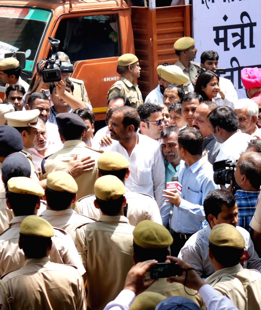 BJP workers protest against the Delhi government outside the residence of Delhi Chief Minister Arvind Kejriwal in New Delhi on April 29, 2015. - Arvind Kejriwal