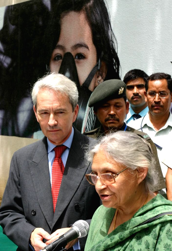 New Delhi Chief Minister Sheila Dikshit and British High Commissioner Sir Richard Stagg today unveiled a Unique 600 Feet long wall Mural on the boundary wall of British High Commission in New Delhi on