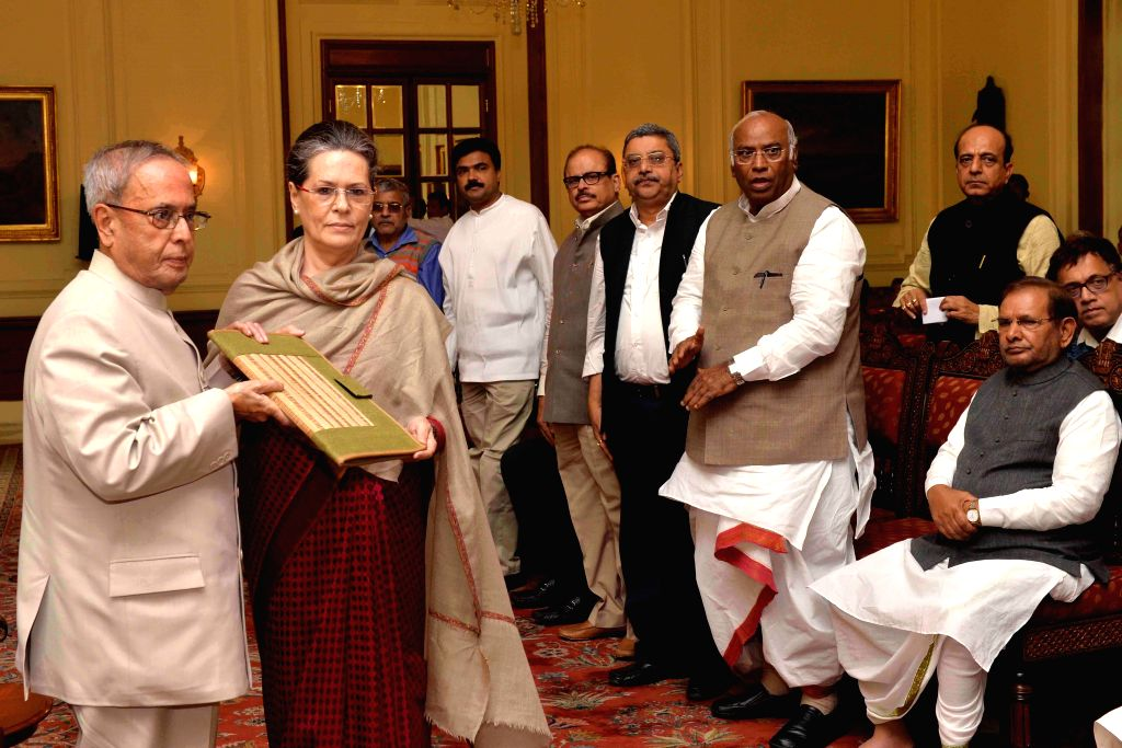 Congress chief Sonia Gandhi submits a memorandum against the land acquisition bill  at Rashtrapati Bhawan in New Delhi, on March 17, 2015. Also seen leader of the Congress parliamentary ... - Sonia Gandhi and Sharad Yadav
