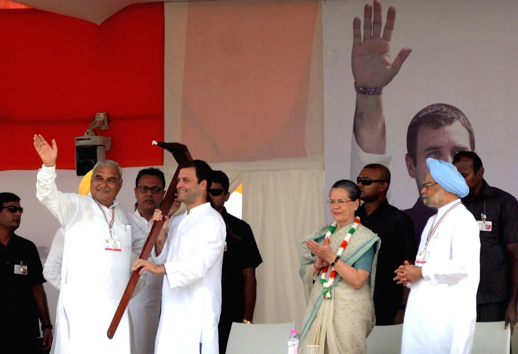 New Delhi: Congress chief Sonia Gandhi with party vice president Rahul Gandhi, party leader and former prime minister Dr Manmohan Singh and Bhupinder Singh Hooda during a Kissan Samman Rally at Ramlila Maidan  in New Delhi, on Sep 20, 2015. (Photo: I - Sonia Gandhi, Rahul Gandhi, Manmohan Singh and Bhupinder Singh Hooda