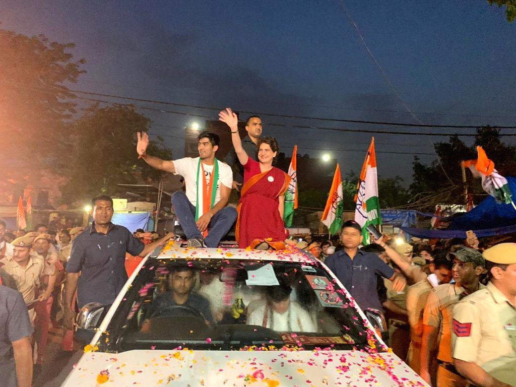 New Delhi: Congress General Secretary (Uttar Pradesh East) Priyanka Gandhi Vadra participates in a roadshow as she campaigns for the party's Lok Sabha candidate from South Delhi, Vijender Singh ahead of the 2019 Lok Sabha elections, in New Delhi on M - Priyanka Gandhi Vadra and Vijender Singh