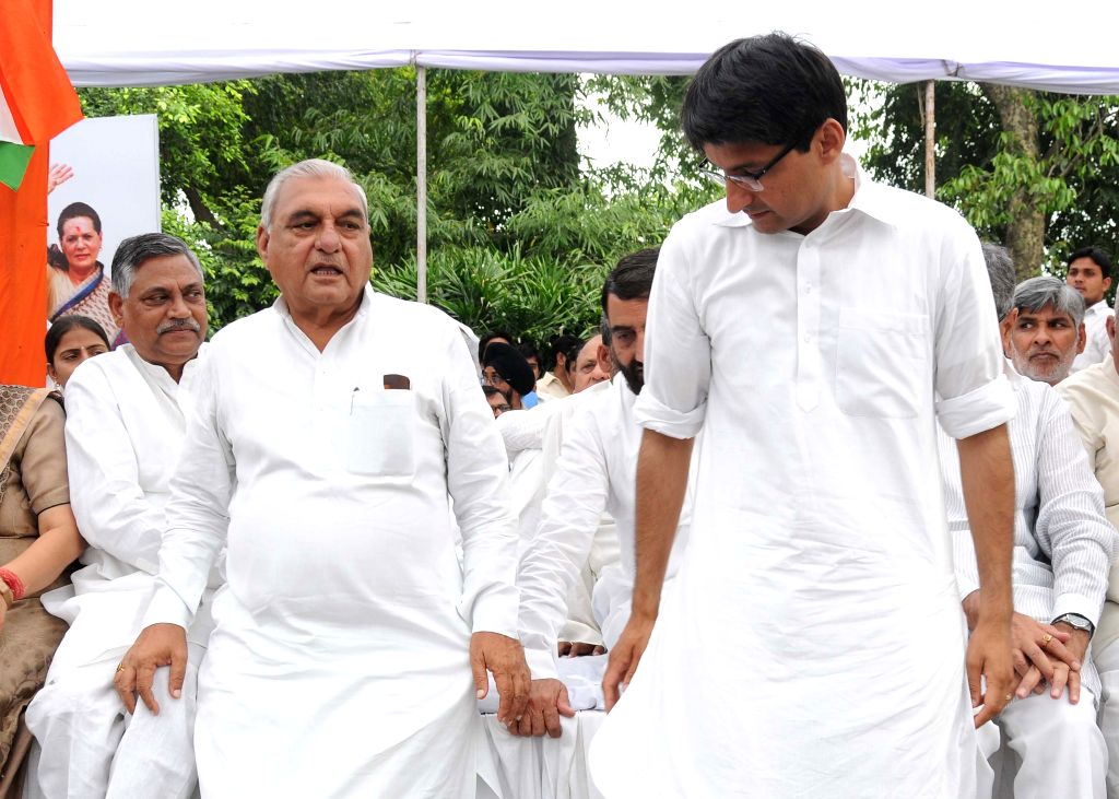 Congress leaders Bhupinder Singh Hooda, Deepender Singh Hooda and others during a meeting regarding the upcoming farmers` rally at his residence in New Delhi, on April 12, 2015. - Bhupinder Singh Hooda and Deepender Singh Hooda