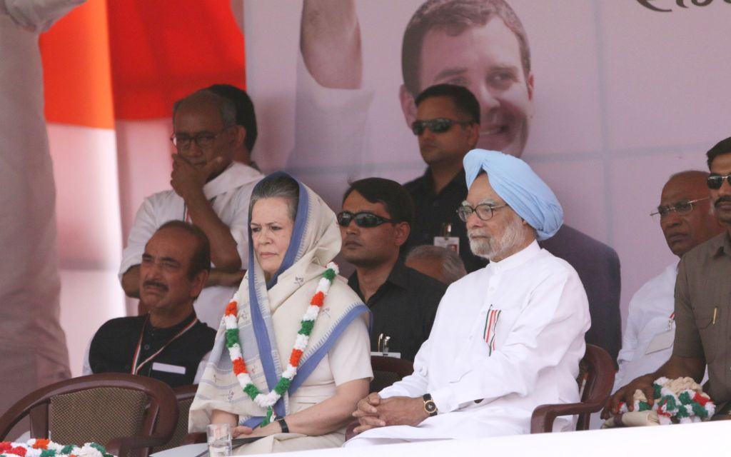 Congress party president Sonia Gandhi and Former prime minister Dr Manmohan Singh during the Kisan rally at Ramlila Maidan in New Delhi, on April 19, 2015. Also seen Congress general ... - Sonia Gandhi, Manmohan Singh and Digvijaya Singh