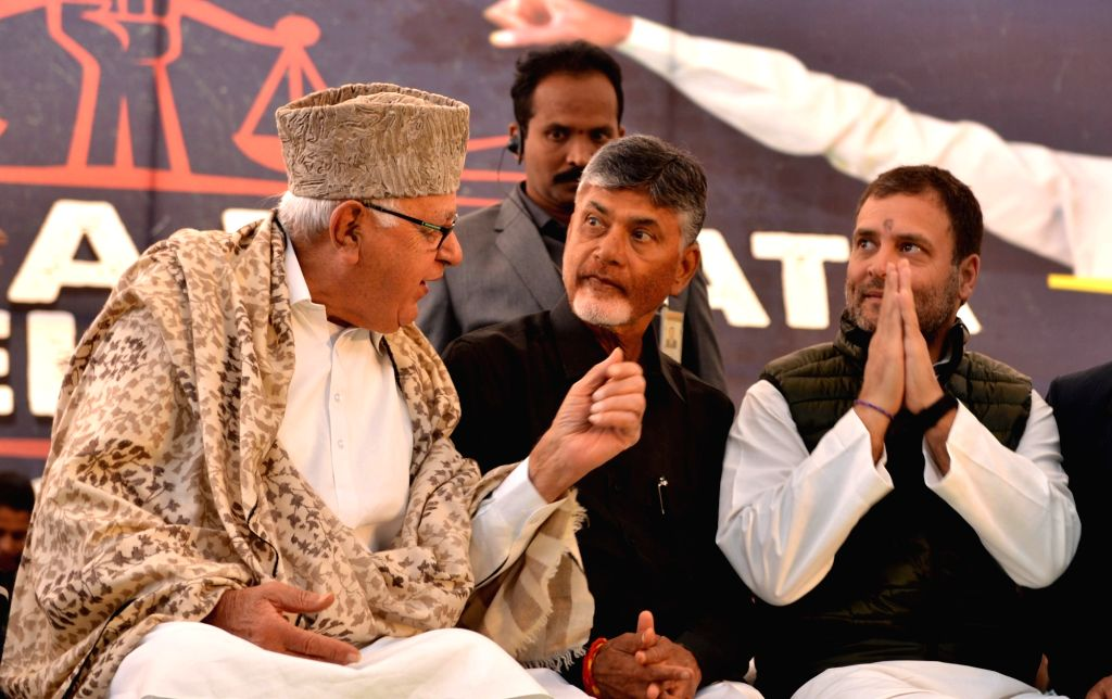 New Delhi: Congress President Rahul Gandhi and National Conference President Farooq Abdullah with Andhra Pradesh Chief Minister N. Chandrababu Naidu, who began a 12-hour long fast demanding the Centre to accord special category status and fulfill oth - N. Chandrababu Naidu and Rahul Gandhi