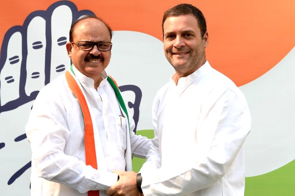 :New Delhi: Congress President Rahul Gandhi welcomes back former NCP General Secretary Tariq Anwar into the party in New Delhi, on Oct 27, 2018. (Photo: IANS/Congress).