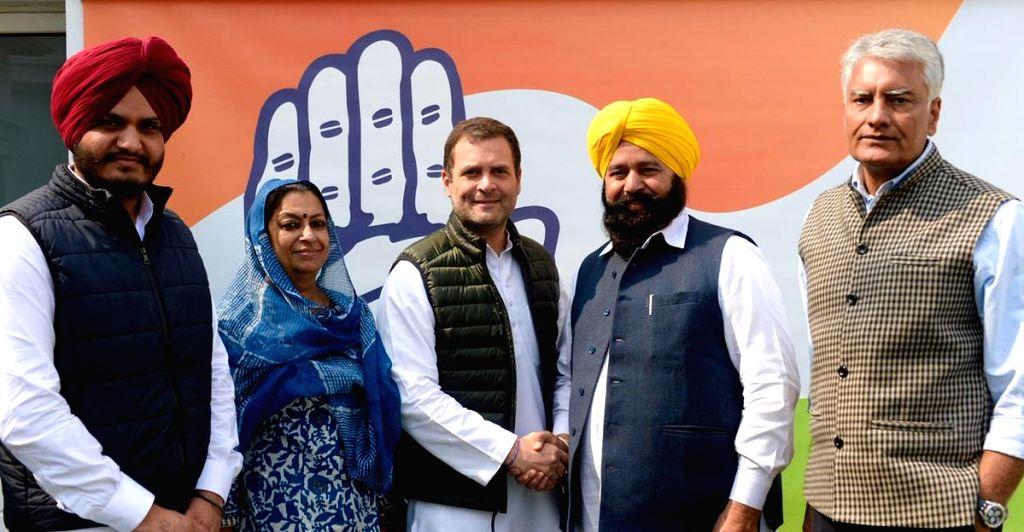 New Delhi: Congress President Rahul Gandhi welcomes Ferozepur MP Sher Singh Ghubaya into the party in New Delhi, on March 5, 2019. Also seen Punjab Congress President Sunil Jakhar. (Photo: IANS/AICC) - Rahul Gandhi and Sher Singh Ghubaya