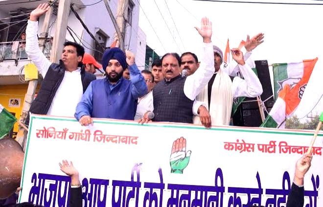 Congress workers led by Delhi Congress chief Arvinder Singh Lovely during a demonstration against inflated water bills in New Delhi, on Dec 21, 2014. - Arvinder Singh Lovely