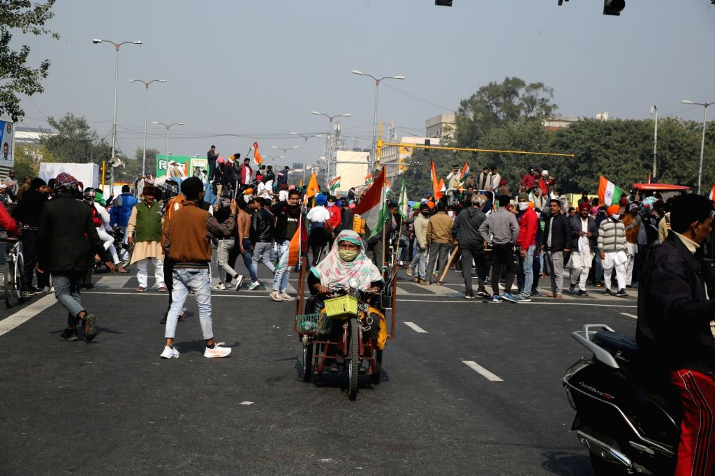New delhi: Cops injured in clash with protesting farmers at Delhi's ITO; police resort to lathicharge.