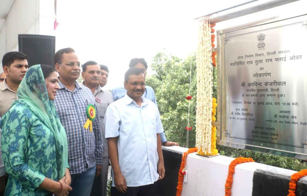 New Delhi: Delhi Chief Minister Arvind Kejriwal, Public Works Department Minister Satyendra Kumar Jain and AAP MLA Pramila Tokas unveil the plaque to inaugurate the newly constructed Rao Tula Ram (RTR) Flyover at Outer Ring Road near Munirka in New D - Arvind Kejriwal and Satyendra Kumar Jain