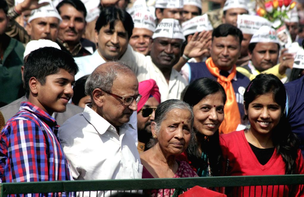 Delhi Chief Minister Arvind Kejriwal's son Pulkit Kejriwal, father Gobind Ran Kejriwal, mother Gita Devi, wife Sunita Kejriwal and daughter Harshita Kejriwal during his swearing in ... - Pulkit Kejriwal, Gobind Ran Kejriwal, Sunita Kejriwal and Harshita Kejriwal