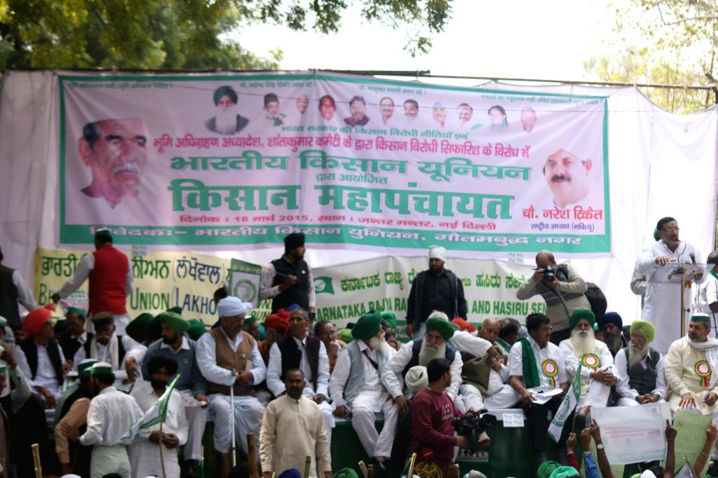 Farmers participate in `Kisan Mahapanchayat` organised by Bhartiya Kisan Union to protest against the land acquisition bill at Jantar Mantar in New Delhi on March 18, 2015.