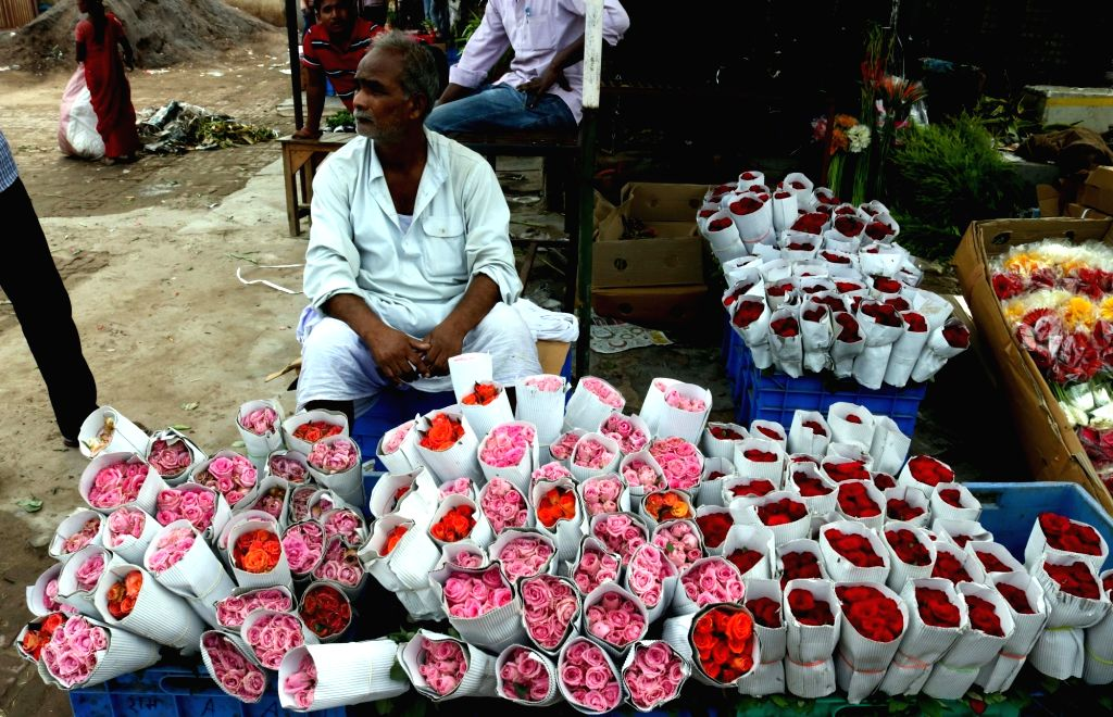 New Delhi: Florists brace up to meet the high demand of roses during ongoing Valantine's week at Ghazipur Mandi in New Delhi, on Feb 12, 2017. (Photo: IANS)
