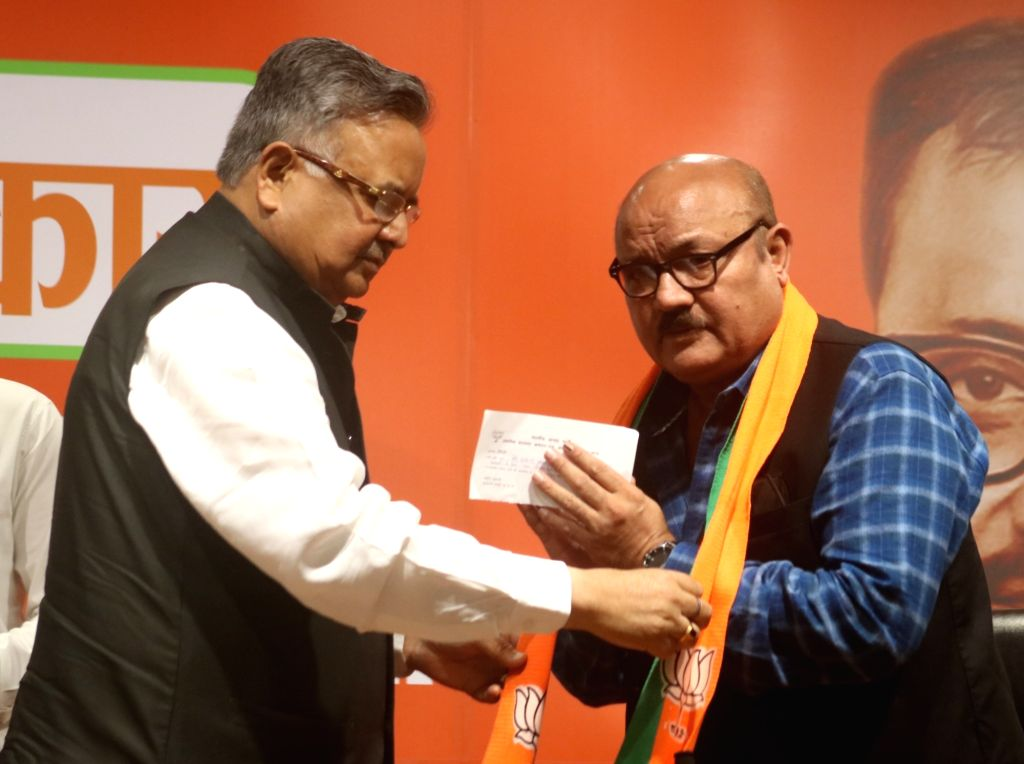 New Delhi:Former Chhattisgarh Chief Minister and BJP leader Raman Singh welcomes actor Arun Bakshi into the party, at the party's headquarter, in New Delhi on May 11, 2019. - Arun Bakshi and Raman Singh