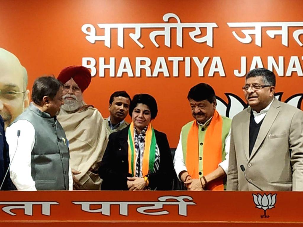 New Delhi: Former IPS officer Bharti Ghosh joins BJP in presence of party leaders Ravi Shankar Prasad, Kailash Vijayvargiya and Mukul Roy in New Delhi on Jan 4, 2019. (Photo: IANS/BJP) - Bharti Ghosh and Mukul Roy