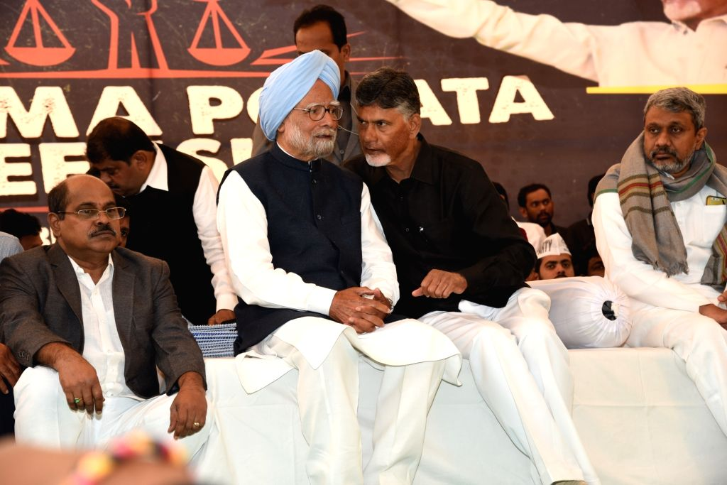 New Delhi: Former Prime Minister and Congress leader Manmohan Singh with Andhra Pradesh Chief Minister N. Chandrababu Naidu, who began a 12-hour long fast demanding the Centre to accord special category status and fulfill other commitments made in An - N. Chandrababu Naidu and Manmohan Singh