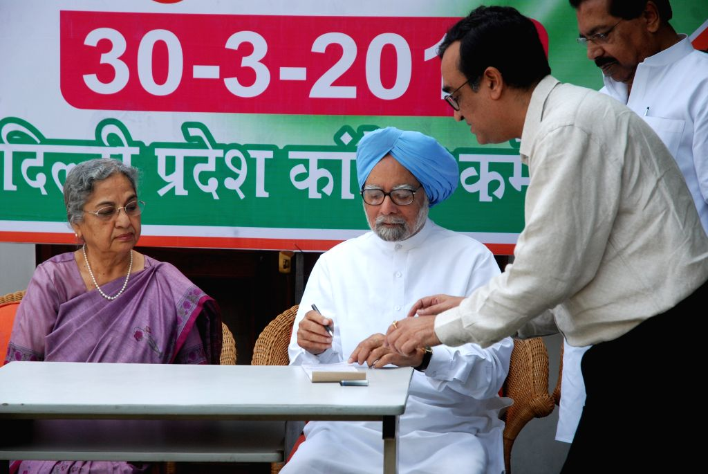 Former prime minister Dr Manmohan Singh with his wife Gursharan Kaur and Delhi Congress chief Ajay Maken at the launch of party's membership drive in New Delhi, on March 30, 2015. - Gursharan Kaur