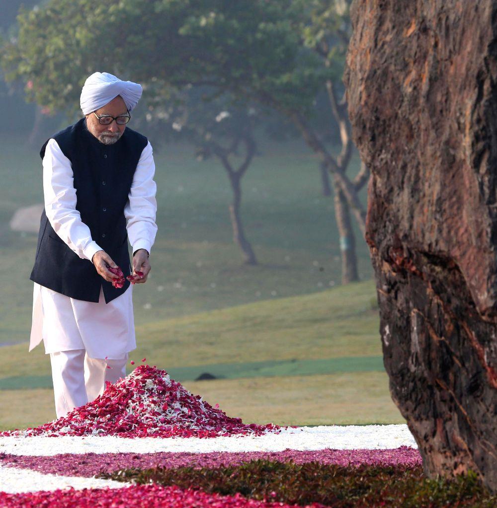 Former prime minister Manmohan Singh pays tribute to former prime minister of India Indira Gandhi on her birth anniversary at Shakti Sthal - her memorial -  in New Delhi, on Nov 19, 2014. - Manmohan Singh