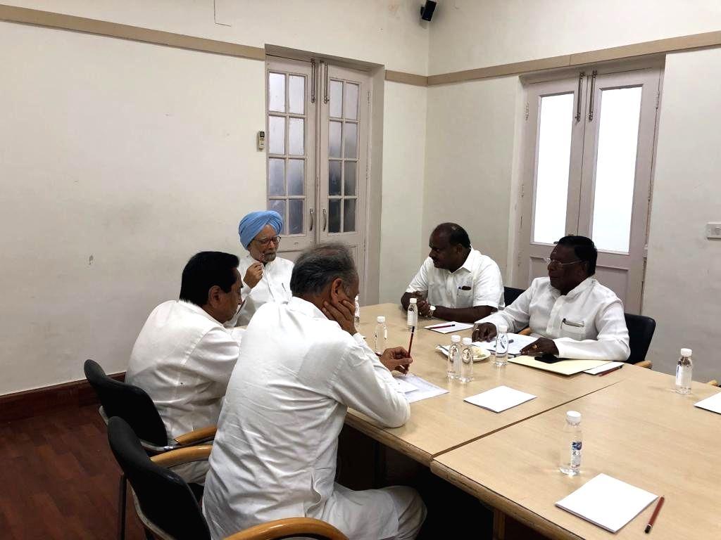 New Delhi: Former Prime Minister Manmohan Singh holds a meeting with Congress Chief Ministers Kamal Nath (Madhya Pradesh),  Ashok Gehlot (Rajasthan), V. Narayansamy (Puducherry) and H.D. Kumaraswamy (Karanataka) to discuss the issues to be taken up b - Manmohan Singh and Kamal Nath