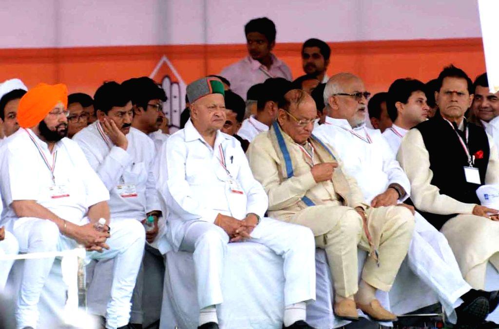 Himachal Pradesh Chief Minister Virbhadra Singh addresses during Congress' Kissan Rally at Ramlila Maidan in New Delhi, on April 19, 2015. - Virbhadra Singh