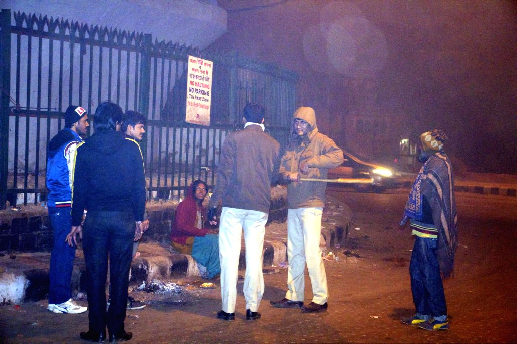 Homeless in Old Delhi's Hanuman Mandir area being shifted to night shelters, on Dec 28, 2014.