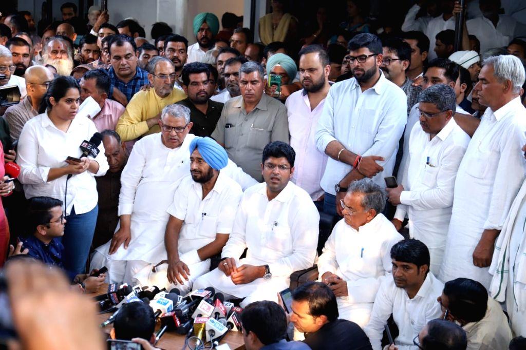 New Delhi: Jannayak Janata Party (JJP) chief Dushyant Chautala accompanied by Haryana party President Nishant Singh, addresses a press conference in New Delhi on Oct 25, 2019. (Photo: IANS) - Nishant Singh