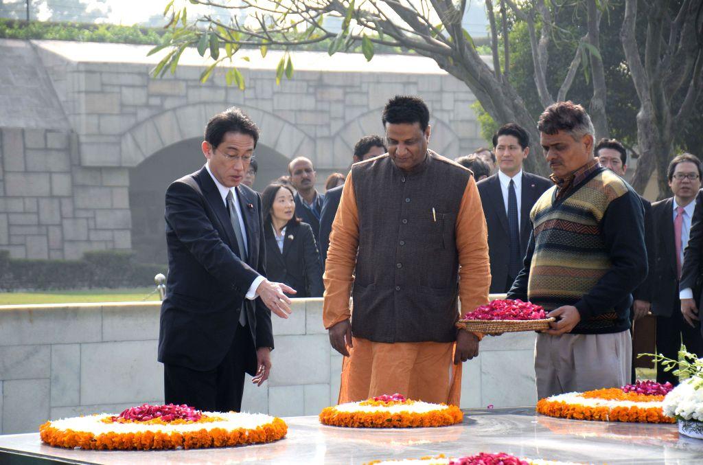 Japanese Foreign Minister Fumio Kishida pays tribute to Mahatma Gandhi at Rajghat in New Delhi, on Jan 16, 2015. - Fumio Kishida