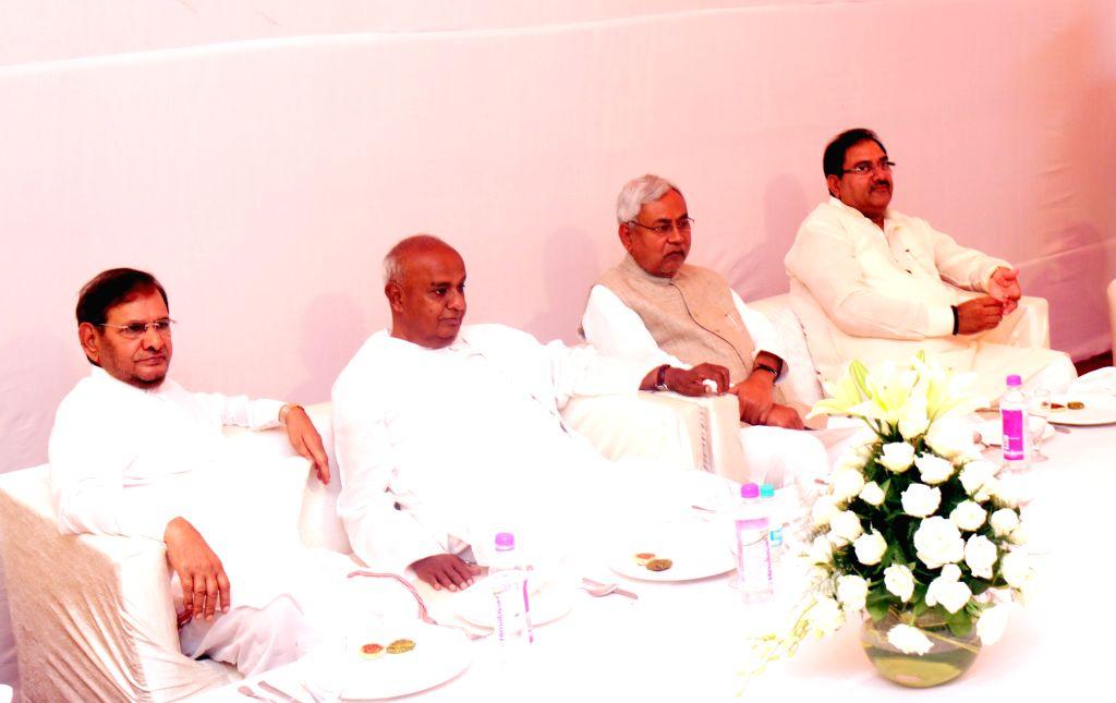 JD(U) chief Sharad Yadav, JD(S) leader H. D. Deve Gowda and JD(U) leader Nitish Kumar during a party Janata Parivar meeting at SP chief Mulayam Singh's residence in New Delhi, on April 15, ... - Sharad Yadav, Nitish Kumar and Mulayam Singh
