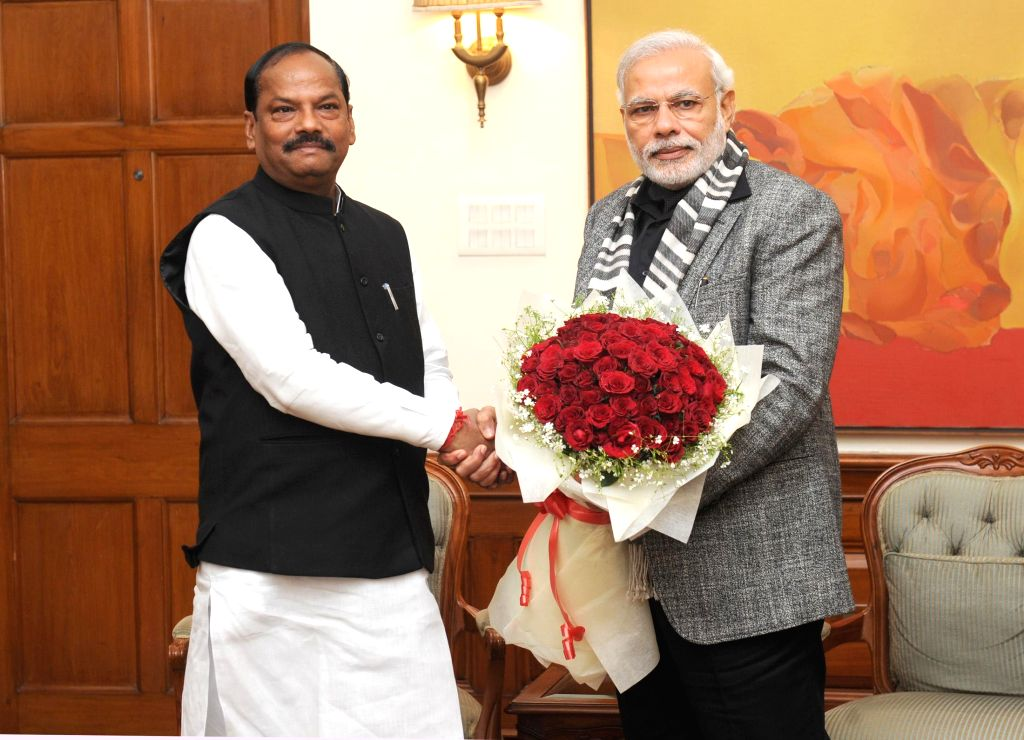 Jharkhand Chief Minister Raghubar Das calls on the Prime Minister Narendra Modi, in New Delhi on Jan 4, 2015. - Raghubar Das and Narendra Modi