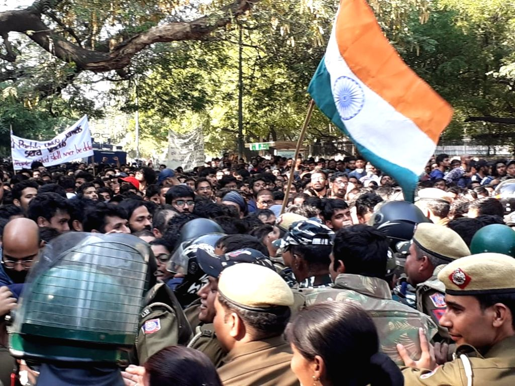 New Delhi: JNU students being stopped by the police from continuing with their protest march to Parliament by putting up barricades, in New Delhi on Nov 18, 2019. Police erected barricades a kilometre away from Parliament to prevent the students from