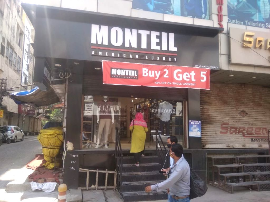 New delhi: Karol Bagh Market getting ready to reopen Shops are being opened following odd-even rule.