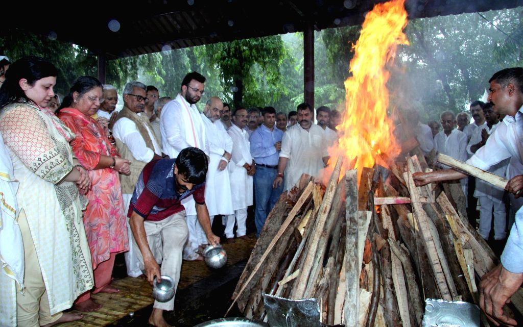 New Delhi: Last rites of former Finance Minister Arun Jaitley underway at Nigambodh Ghat in New Delhi on Aug 25, 2019. (Photo: IANS) - Arun Jaitley