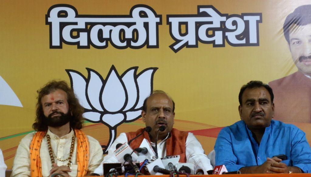 New Delhi: Leader of Opposition (LoP) in Delhi Assembly, Vijender Gupta accompanied by Bharatiya Janata Party's candidate from North West Delhi, Hans Raj Hans, addresses a press conference, in New Delhi, on May 3, 2019. (Photo: IANS) - Vijender Gupta