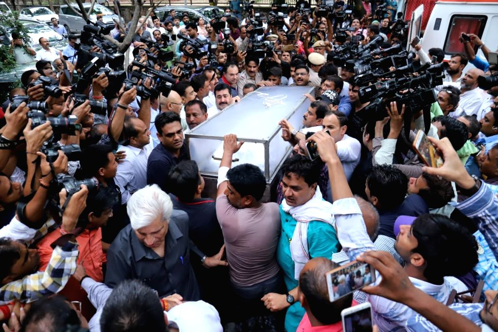 New Delhi: Mortal remains of veteran Congress leader Sheila Dikshit being brought at her residence in New Delhi on July 20, 2019. (Photo: IANS) - Sheila Dikshit
