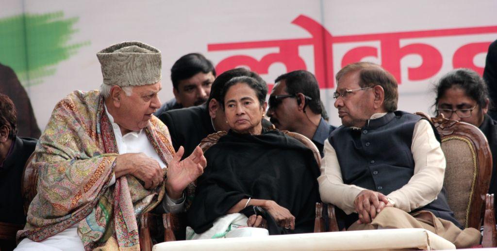 New Delhi: National Conference President Farooq Abdullah, West Bengal and Trinamool Congress supremo Mamata Banerjee and Loktantrik Janta Dal (LJD) leader Sharad Yadav during a sit-in protest against the central government at Jantar Mantar, in New De - Mamata Banerjee and Sharad Yadav