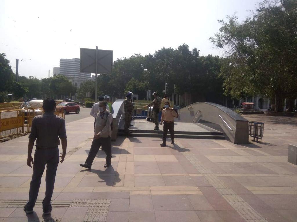 New delhi: Passengers traveling standing in the metro despite prohibition in Blue line metro.