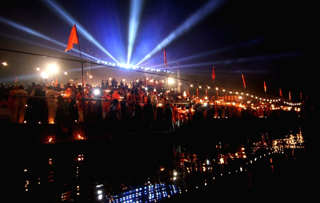 :New Delhi: People participate during a `Yamuna Aarti` in New Delhi on Nov. 13, 2015. (Photo: IANS).